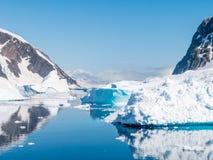 Errera kanal med att driva isberg och isisflak på ett soligt D royaltyfria bilder