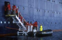 生态游人从游轮马可・波罗进入可膨胀的黄道带小船在Errera海峡在Culberville海岛,南极洲 库存图片