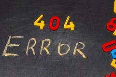 404 erreur - message manuscrit avec la craie blanche sur le tableau Photographie stock libre de droits