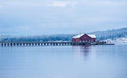 Errichten auf einem ruhigen See stockfotografie