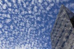 Errichten, den Himmel reflektierend Lizenzfreies Stockbild