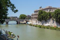 Errichten des Obersten Gerichts der Aufhebung und des Tiber-Flusses in der Stadt von Rom, Italien stockfotografie