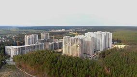 Errichten einer Stadt im Wald stock footage