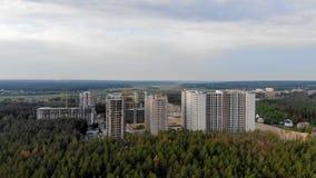 Errichten einer Stadt im Wald stock video