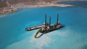Errichten eines Bootes für Sand-Bergbau stock video footage