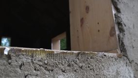 Errichten eines Hauses aus Stroh heraus stock video