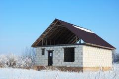 Errichten eines Hauses während des Winters Bauen eines Hauses im Winter stockfotografie