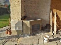 Errichten eines Kamins im Freien Stockbilder