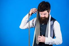 Errichten seiner Krawattengarderobe Bärtiger Mann, der eine Krawatte seiner Garderobe wählt Die Garderobe der stilvollen Männer f stockfoto