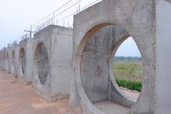 Errichten Sie einen konkreten Abfluss Konkrete Entwässerung Stockfotografie