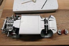 Errichten Sie einen Modellbau des Autos Geklebte und gemalte Maschine, Abgasanlage, Suspendierung und Bremsen stockbilder