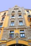 Errichtende Fassade auf der Jauniela-Straße 25, Riga, Lettland stockfotos