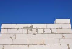 Errichtende neues Haus-Maurerarbeit von sterilisierter Gasbeton-Block-Wand Lizenzfreies Stockfoto