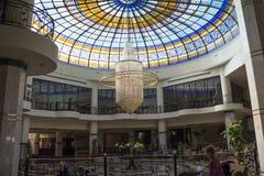 Errichtender großartiger Oasen-Erholungsort Enormer Leuchter in der Halle Stockbilder