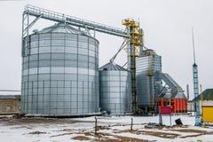 Errichtender Korntrockner Landwirtschaftsarchitektur lizenzfreie stockfotos