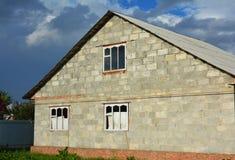 Errichtender neuer Ziegelstein, Blockhausbau mit natürlicher Gasleitung und Asbestdach Lizenzfreies Stockfoto