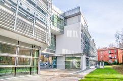 Errichtendes Äußeres der modernen Krankenhausklinik lizenzfreies stockbild