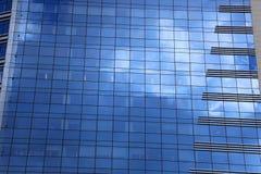 Errichtendes Glas der Nahaufnahme Wolkenkratzer mit Wolke, Stockbilder