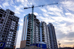 Errichtendes mehrstöckiges Gebäude als Symbol der Hoffnung, das Leben zu verbessern Stockbild
