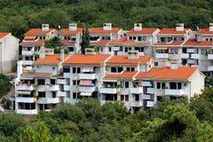 Errichtete nah befestigtes Wohngebäude mit wenigen Böden und mehrfachen Balkonen, die vollständig mit dichtem Wald umgeben wurden lizenzfreies stockfoto