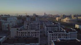 Errichtete neue Häuser auf den Skylinen der Stadt stock video footage