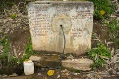 Errichteter Behälter des Wassers sammelte von der Frühlingsquelle auf den Hügeln, benutzt für das Leben und das Trinken im schlec stockfotos