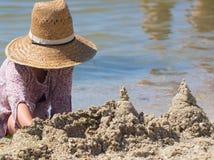 Errichtetes Haussandburg mit Türmen auf dem Südufer des Blaumeeres des sandigen Strandes Lizenzfreies Stockfoto