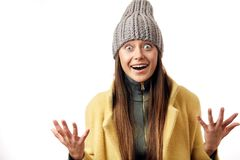 Erro bonito a mulher eyed expressa emo??es felizes, tem o sorriso agrad?vel largo, vestido no sobretudo morno e no chap?u elegant fotografia de stock