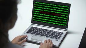 Erro de sistema no laptop, mulher que trabalha no escritório, cibercrime, cortando vídeos de arquivo
