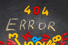 404 erro - mensagem escrita à mão com giz branco no quadro Fotografia de Stock Royalty Free