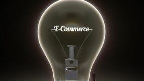 Error tipográfico 'comercio electrónico' en la bombilla y los hombres de negocios rodeados, ingenieros, versión del concepto de l