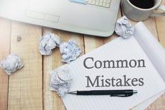 Erros comuns, conceito inspirador das citações das palavras fotografia de stock