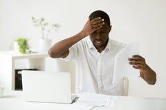 Erros de vista afro-americanos frustrantes nos papéis fotografia de stock royalty free