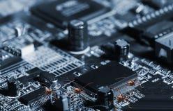 Erros do computador que saltam nos microchip Fotos de Stock Royalty Free