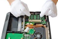 Ersatz von Komponenten auf einem Laptop Lizenzfreie Stockbilder