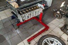 Ersatzmaschine benutzt auf einem Kran angebracht für Installation an einem Auto nach einem Zusammenbruch und einer Reparatur in e stockfotos