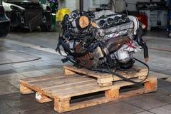 Ersatzmaschine benutzt auf einer Palette angebracht für Installation an einem Auto nach einem Zusammenbruch und einer Reparatur i lizenzfreies stockbild