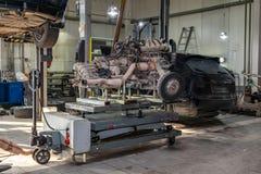 Ersatzmaschine benutzt auf einer Tabelle angebracht für Installation an einem Auto nach einem Zusammenbruch und einer Reparatur i stockfotografie