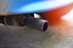 Erschöpfen Sie Rohr auf altem Autoabschluß herauf Autoverschmutzungskonzept stockfoto