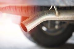 Erschöpfen Sie Rohr auf Kleintransporterautoabschluß herauf/Autoverschmutzungskonzept stockbild