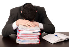 Müder Geschäftsmann, der bei der Arbeit schläft. Stockfotografie