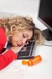 Erschöpfte Frau schlafend bei der Arbeit Lizenzfreie Stockfotos