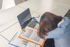 Erschöpfte Geschäftsfrau, die im Geschäftstreffenraum schläft stockbilder