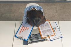 Erschöpfte Geschäftsfrau, die im Konferenzzimmer schläft lizenzfreie stockfotografie