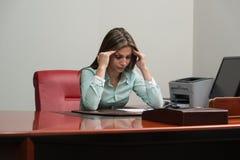 Erschöpfte Geschäftsfrau, die Kopfschmerzen hat stockfotos