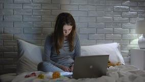 Erschöpfte junge Mutter, die vor Laptop, Mangel an Freizeit einschläft stock video