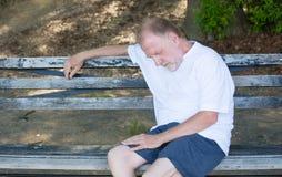 Erschöpfter alter Mann lizenzfreies stockfoto