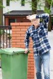 Erschöpfter alter Mann während des Handelns von Aufgaben Stockfotografie