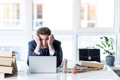 Erschöpfter Angestellter hasst seine Arbeit Stockfotografie
