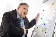 Erschöpfter Büroangestellter, der besorgt sich fühlt lizenzfreie stockbilder